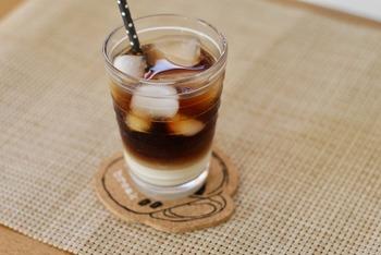 夏の暑い日は、自宅で美味しいアイスカフェオレを入れて読書でもしながらのんびり過ごしたい。もっと贅沢気分を味わいたい方におすすめなのが、カフェのように美しくカフェオレを楽しめるこちらのアイテム。