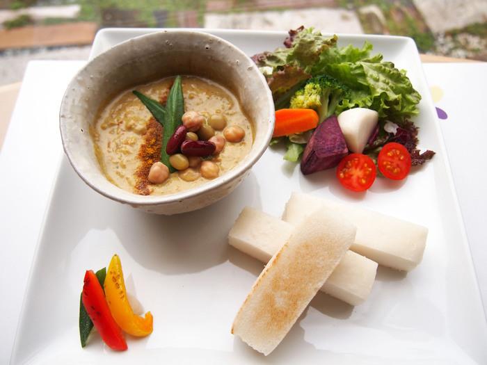 米粉を使ったヘルシーで美味しい自然派のお料理をいただくことができますよ。こちらはひよこ豆のキーマカレー。野菜もたっぷり!