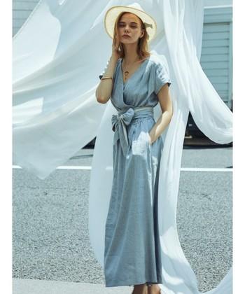 カシュクールワンピースとは、着物のように身頃を胸の前で合わせ、紐やボタンで留めるタイプのワンピースのこと。 ラップタイプのワンピースは、前を閉じても開いても楽しめるタイプのアイテムなんです。その特徴を活かした着こなしで、秋口まで楽しめるカシュクールワンピースの着こなしをご紹介します♪