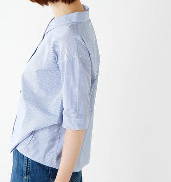 すっきり開いた襟がフェミニンな五分袖タックシャツ。裾に変形タックが入っていて、愛らしいシルエットのシャツです。ゆったりめでこなれた雰囲気。