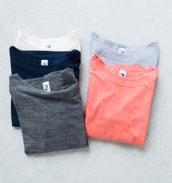 体にフィットする着心地のいい7分袖Tシャツ。シンプルで軽やかに着られるTシャツは、差し色として活躍するきれいめカラーを揃えると、着こなしの幅が広がりますよ。
