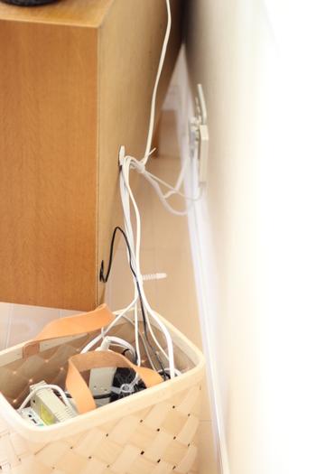 サイドボードの背面にフックを接着し、コードが床に落ちない工夫がされています。そのサイドボードの左下に空けた穴から内部に繋がっているのは、常に充電が必要だという「ブラーバ」のコード。