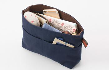 荷物の多い人はどうしてもバッグの中でものが迷子になりがち。収納ポケットがたくさんのこちらのアイテムは携帯、コスメ、財布…など細々したものを入れるのにとっても便利!