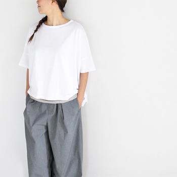 ワイドなシルエットの5分袖Tシャツ。半袖より大人っぽくリラックス感ただよう雰囲気で着られます。