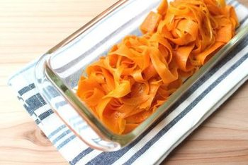 5分で作れて一週間も日持ちする、にんじんサラダのレシピです。独特の味や匂いのあるにんじんも、ピーラーで薄くスライスしてカレー味にすることで、子どもでも食べやすい常備菜になりますよ。