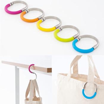 テーブルにパッと掛けるだけ。約5kgまで大丈夫なので荷物の多い方やお買い物帰りのバッグも安心♪カラフルで元気になるカラーは、選ぶのも楽しめますね。