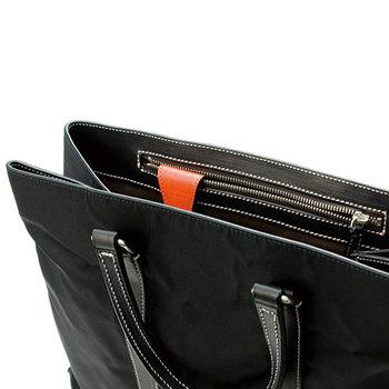 バッグの内ポケットに取り付けるだけで、さっと鍵が取り出せるキークリップ。デザインもシンプルなので異性へのプレゼントにもおすすめです。