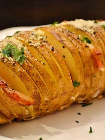 オーブンでカリッと焼くのが一番のオススメ!まずは30分ほど焼き、その後は様子を見ながら、さらに10~20分ほど焼き、カリッと香ばしく仕上げます。焼き時間はじゃがいものサイズによって異なるのでその都度調節しましょう。