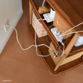 複数のスマホが充電できるUSBポートも、箱の中のタップから電源をとって背後に設置。複数のデバイスを同時に充電できますね。