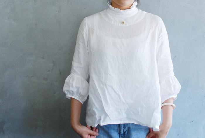 ふわりとふくらんだ袖が可愛らしい七分袖のリネンブラウス。襟元のフリルやバルーン袖のちょっぴりガーリーな印象のブラウスですが、デニムなどカジュアルアイテムと合わせても素敵です。