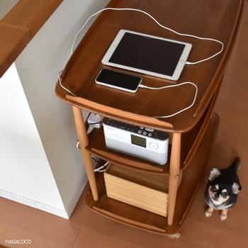 スマホの充電、ラジオ、固定電話機を繋いでいても、表からはスッキリとした見た目をキープ!
