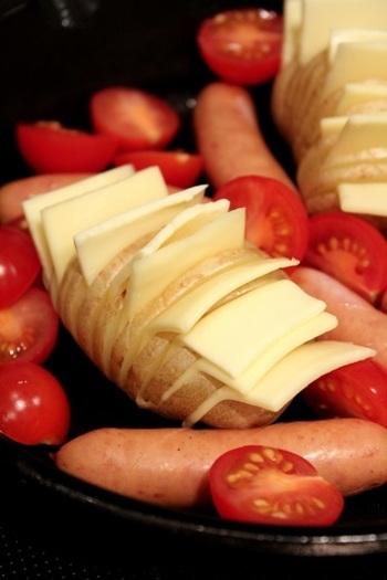 チーズも、こんな感じではさんでみましょう。おいしさが、まんべんなく行き渡ります。のせるよりはさむほうが見た目も美しくなります♪