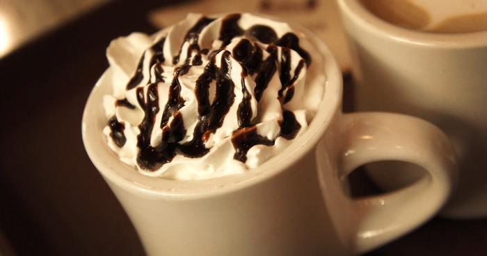 リッチな大人時間を過ごしませんか。秋の涼しい風が吹き、肌寒くなってきたら飲みたい一杯です。  1.小さな鍋に3杯分のミルクを入れ、150gのチョコレートをゆっくりかき混ぜる。 2.45mlのベイリーズを加えて、必要に応じてチョコレートとホイップクリームを添えてください。