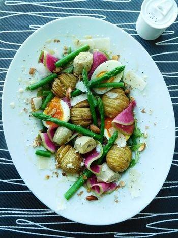 ハッセルバックポテトを中心に、紅芯大根やアスパラなど色鮮やかな野菜や半熟卵などを組み合わせた華やかなサラダ。アートな美しさは、パーティーのテーブルでも目をひきそう。
