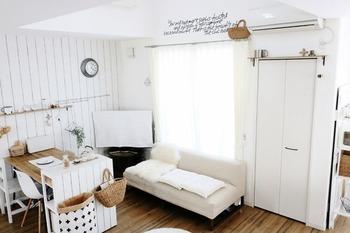 机もシェルフと同じように間仕切り代わりになります。勇気のいる配置ですが思い切った家具の配置は海外のお部屋のように、ハッと印象を残すお部屋にもなりますね。