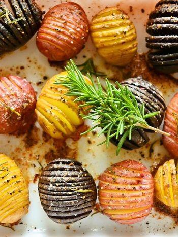 小粒でカラフルなじゃがいもを使って、こんな可愛いハッセルバックポテトに♪小さいじゃがいもなら、オーブンで20分程度で焼き上がります。