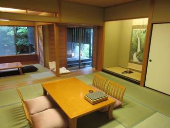客室は広々とした純和風の落ち着いた空間。和漢生薬成分を用いたアメニティや手土産のかわいい風呂敷など、女性に嬉しい心使いが沢山。
