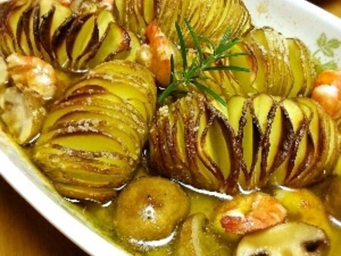 多めのオリーブオイルで焼いて、途中で海老やマッシュルームなどを入れてさらに焼きます。他の具材が入ることで、一気にアヒージョらしい雰囲気が。うまみが溶け込んだオイルにバゲットを浸して食べるのもオススメ!