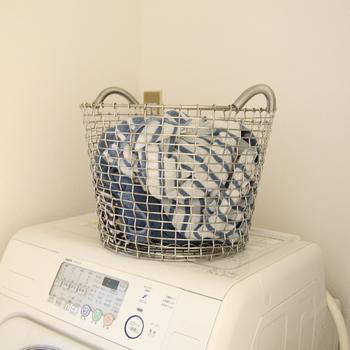 素材には耐酸性の高いステンレスを使用しているため、濡れた物を入れても錆びにくく、長く愛用できます。また、一本の長いワイヤーを編んで作られているので、継ぎ目に洗濯物が引っかかってしまう心配もありません。細かい部分まで徹底してデザインされているのが嬉しいですね♪