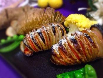人参やナスをはさんで焼いたハッセルバックポテト。色合いがきれいですね。ひとつで十分なおかずになりそう。ナイフが切れ目に入りやすく食べやすいのもいいですね。