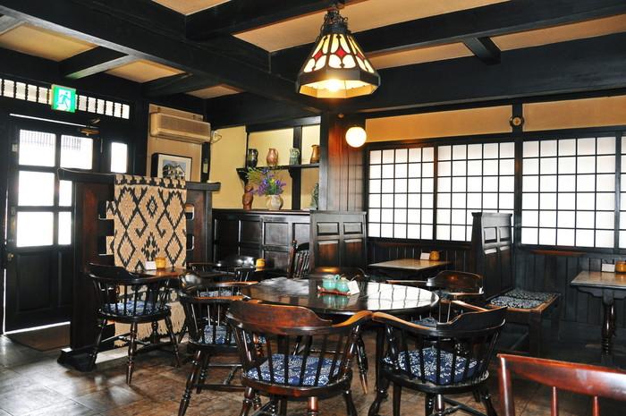 松本民芸家具で統一されたシックな店内。 大正時代にタイムスリップしたかのようなレトロ感漂う雰囲気が、歴史ある松本らしさを感じさせてくれます。