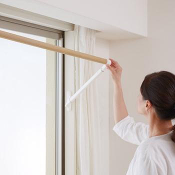 【soraie】(ソライエ)の「室内物干し」は、窓枠に取り付けられる物干しバーです。必要な時はバーを手前に引き出し、使い終わったら窓枠に沿ってぴったりはめ込むことができるため、省スペースで機能的。木目調のバーはインテリアにも馴染むデザインです。
