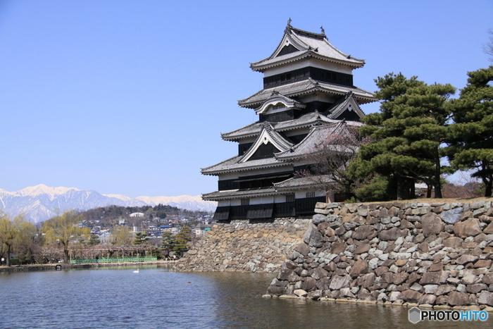 国宝松本城が市の中心にある、長野県松本市。 山々に囲まれ、北アルプスや上高地、安曇野なども近いことから、海外からの観光客も多く訪れます。 城下町ならではの蔵の街もあり、見所盛りだくさん。