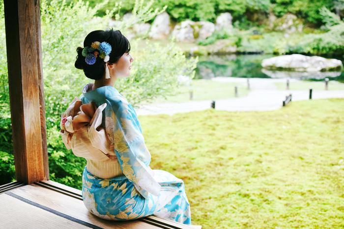 (モデル:2017京都・ミスきもの) 境内の美しい庭園を眺めながら、物思いにふけるのも有意義なひととき。