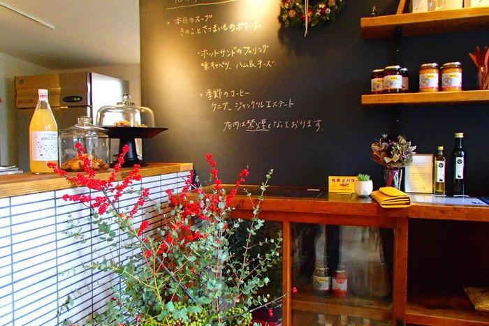 松本 神田の通りから一本奥に入った場所に大人のカフェ空間「ミチシタカフェ」があります。 小さな案内看板しかでていませんが、お店の外壁の鹿の角がシンボルとなっているので目印にしてみて下さい。