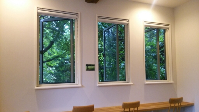 店内はこじんまりとしながらも、シンプルなインテリアでまとめられていて居心地の良さもばっちり。 小窓からの景色を眺めていると、どこか遠くの自然の中のカフェにでもいるかのような錯覚に陥ります。
