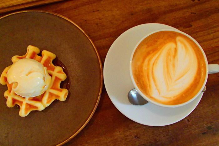 シンプルな盛り付けがミチシタカフェらしいワッフルのスイーツプレート。 ほどよい酸味と苦味のバランス、そして香り高いミチシタカフェこだわりのハンドドリップコーヒーやカフェラテにも定評があります。