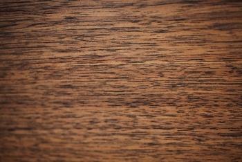 ウォールナットは、クルミ科の広葉樹です。深い色が印象的で、落ち着いた深みのある色合いが、室内の印象をがらりと変えます。床や家具だけではなく、楽器や彫刻などにも使われる木材です。