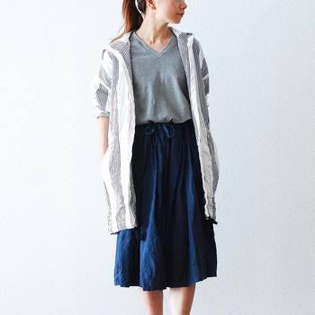 スカートコーデには、少し短めのシャツが正解。ナチュラルな印象のストライプデザインも素敵。