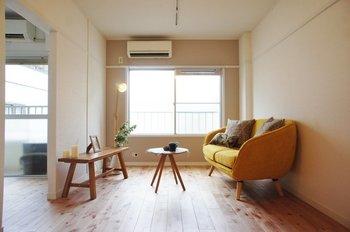 幼稚園の床や、明るい日差しが入るような空間にぴったり合う木材でしょう。