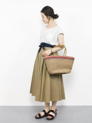 上品なスカートコーデにもサッシュベルトが大活躍。ボリュームが出すぎてしまうスカートを程よくおさえてくれる効果もあります。