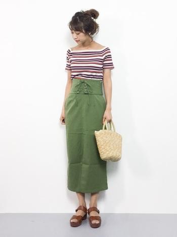 コンパクトなトップスと相性のいい、コルセット付きのタイトスカート。ミモレ丈が足首をすっきり見せてくれる好バランスのコーデです。