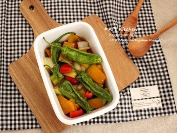かぼちゃやパプリカ、ししとうなど彩り豊かな野菜で作るマリネのレシピ。ごま油をプラスすることで、中華風の味つけとなっています。野菜を小さめに切っておけば、お弁当の彩りとしても活躍してくれますよ!