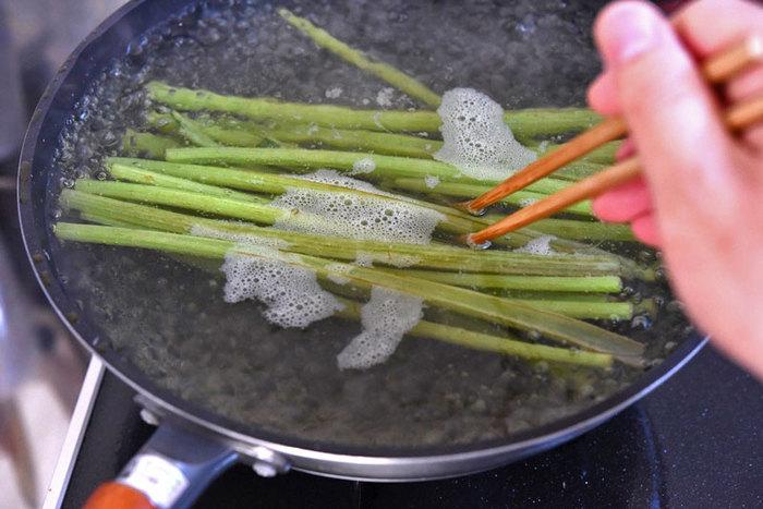 ふきは長さがあるので、できればフライパンでの下茹でがおすすめです。もちろん、大きな鍋があれば鍋でもOKですよ。 1.使用するフライパンや鍋に合わせた長さにふきをカットします。 2.大さじ1杯程度の多めの塩をふりかけ、まな板の上で板ずりをします。 3.お湯が沸騰したらふきを入れ、3分~5分茹でます。 4.茹で上がったらすばやく氷水に取りましょう。