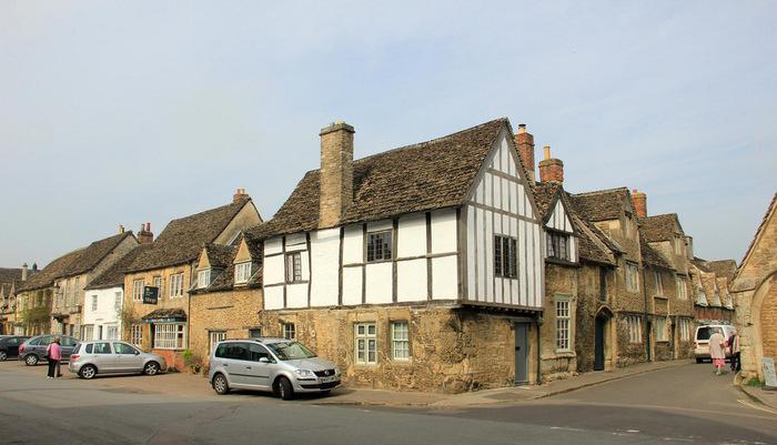 はちみつ色をした石造りの民家と白漆喰壁と切妻屋根の木造民家が軒を連ねるレイコック村は、まるで中世から時間が止まっているかのような佇まいをしています。