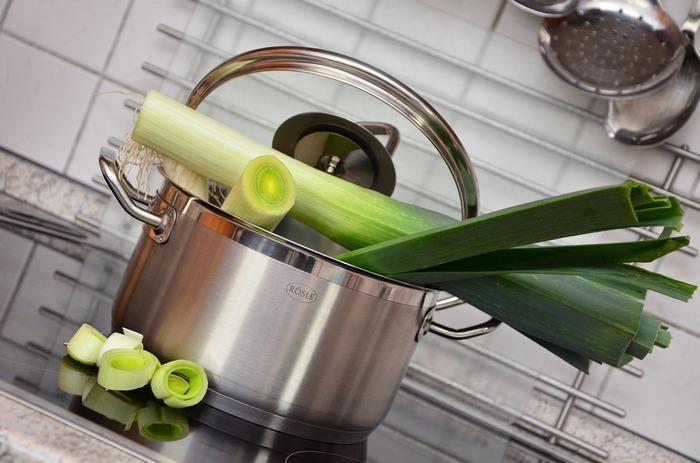 野菜は種類によって茹で時間が変わってきます。ポイントは、葉物は短く根菜類は少し長めに茹でること。土の下に生えている野菜(主に根菜類)は水から茹で、土の上に生えている野菜(主に葉物類)は沸騰してから茹でましょう。