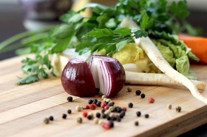 野菜の下ごしらえの方法をご紹介しました。ちょっとしたひと手間でお料理がぐんとスムーズに、さらにおいしくきれいに仕上げられます。ぜひ、マスターしてみてくださいね。