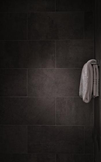 毎日お湯をはって使うお風呂は湿度が高く、水蒸気を換気扇で屋外に排出しない限りは室内に流れ込んでしまいます。お風呂だけでなく水を使う洗面所も少なからず水蒸気を排出しています。