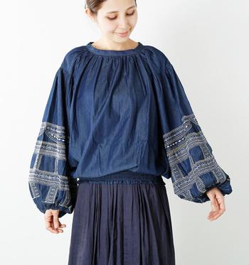 袖のボリュームがかわいらしい、袖コンシャスなブラウス。シンプルでありながら、袖に施された刺繍が華やかさをプラス。ボトムスを選ばないので、気回し力も抜群です。