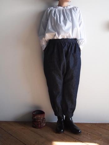 リネン素材がナチュラルな質感を作り上げる、ボリュームのあるデニムもコーディネートに大活躍してくれそう!ふんわりとしたブラウスを合わせれば、トレンド感いっぱいの着こなしに。