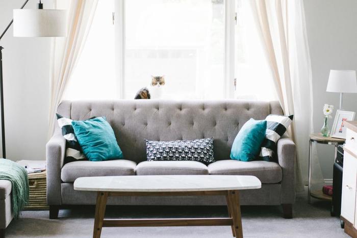 白の壁に淡いグレーのソファーを合わせると、ナチュラルな雰囲気に。グレーだけでまとめるのもいいですが、写真のようにグリーンやボーダーのクッションをアクセントカラーとして取り入れるとお部屋がぱっと華やぎます。