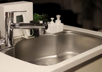 キッチンで火を使う時には必ず換気扇を回し、最後にはシンクに水気が残らないようしっかり拭きあげましょう。生ゴミは貯めておかずこまめに捨てます。その際、新聞紙に包んで捨てると水分を吸収し消臭効果も期待できます。