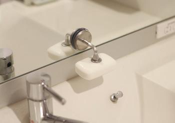 お風呂は使い終わったらすぐに、カビが繁殖しないよう壁などに飛んだ汚れを冷たいシャワーで洗い流してしまいましょう。お風呂場から湯気が流れ込む洗面所は、なるべく換気扇を回し濡れたタオルなどをかけっぱなしにしないことがポイントです。