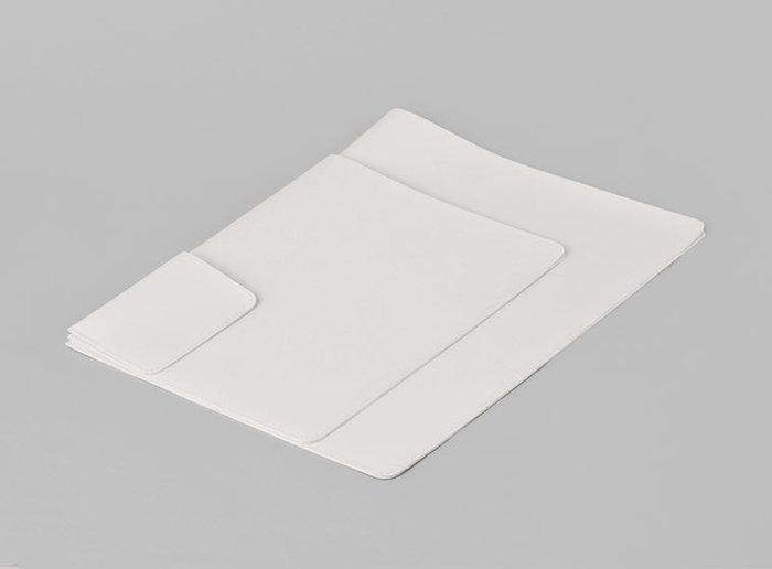 サイズはA4、A5、カードサイズがあります。A4サイズは13インチのPCやタブレットを収納するのにも適しています。