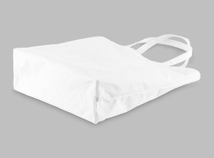 素材は張りの或る高密度ナイロンで、丈夫で軽く、デイリーな持ち歩きにぴったりです。気軽に使えるちょっとイイ感じのバッグ、として傍に置いておきたいアイテムです。