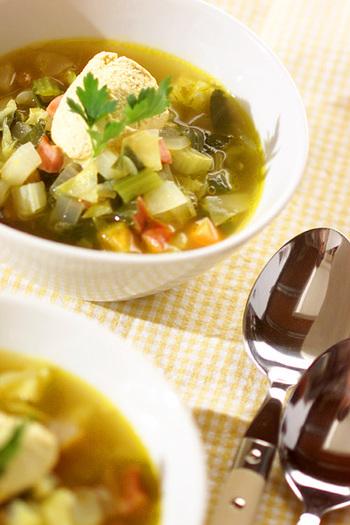こちらはカレースープではなく、'カレー風味のミネストローネ'。カレーの風味や香ばしさが味に奥行きを与えています。野菜をたっぷり入れて、スープメインの一食にしてみてもいいかも。
